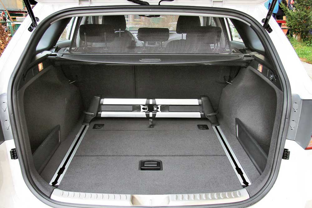 Hyundai-i40-(10).jpg.474e04b57b3f8a2004a6764db6e9dbc2.jpg